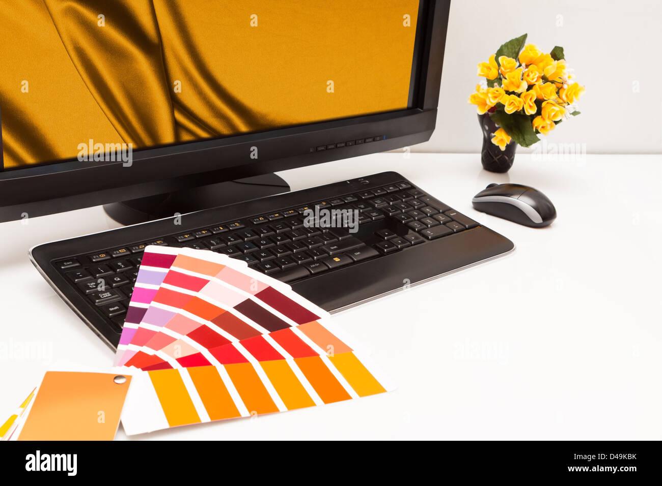 Diseñador gráfico en el trabajo. Las muestras de color. Marrón, amarillo imágenes Imagen De Stock