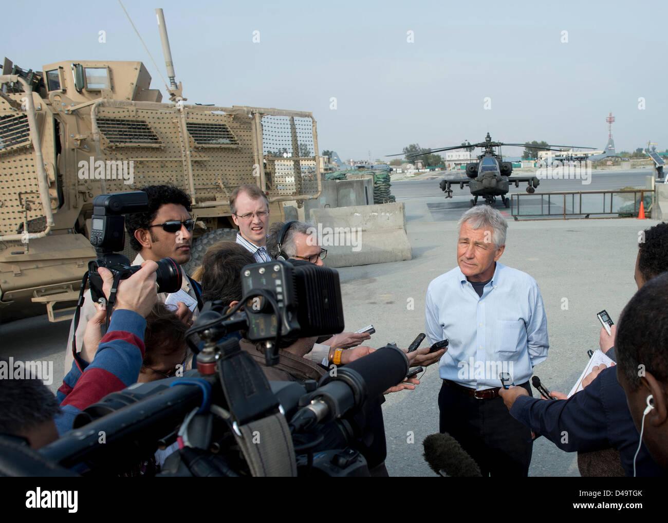 El Secretario de Defensa de EE.UU Chuck Hagel habla a la prensa durante su visita de marzo 9, 2013 en Jalalabad, Imagen De Stock
