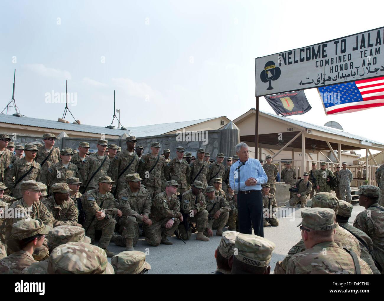 El Secretario de Defensa de EE.UU Chuck Hagel habla con las tropas de asalto aéreo st 1/101Marzo 9, 2013 en Imagen De Stock