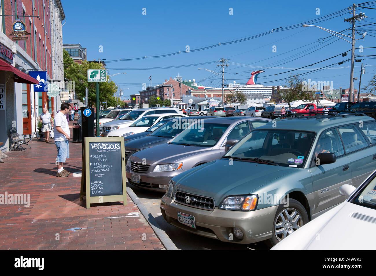 El hombre compra un ticket de aparcamiento desde un distribuidor automático en el centro de Portland, Maine, Estados Unidos. Foto de stock