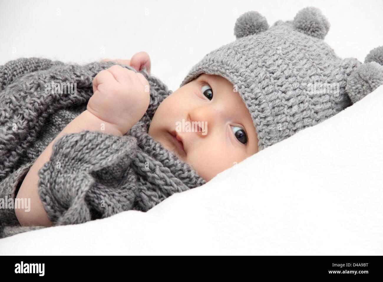 Hermoso bebé en gorro de punto gris Imagen De Stock