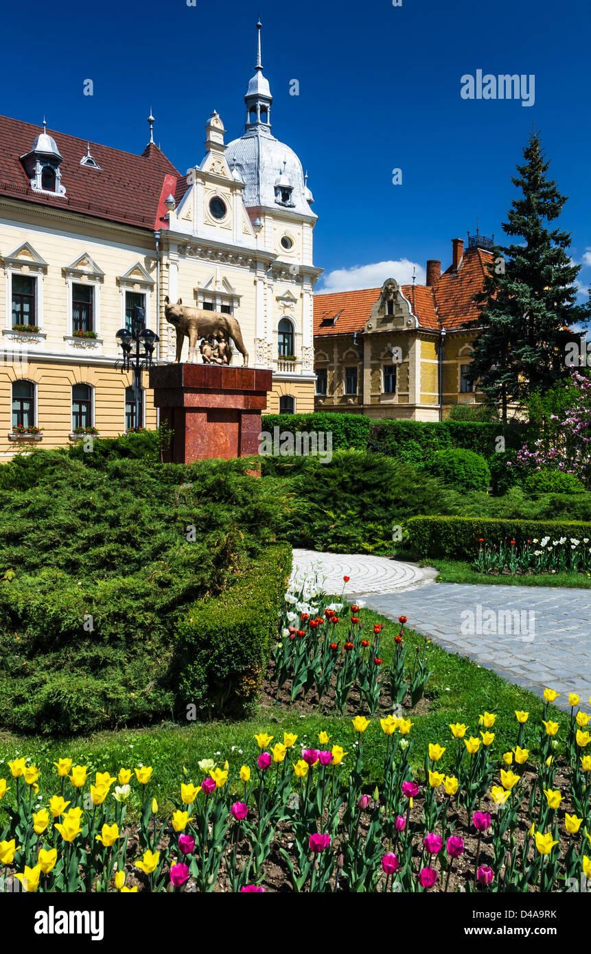 Ayuntamiento de Brasov en Rumania, arquitectura de estilo neobarroco del siglo XIX. Imagen De Stock