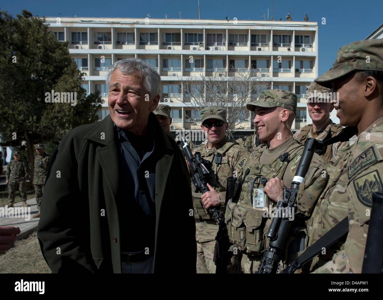 El Secretario de Defensa de EE.UU Chuck Hagel habla con los soldados americanos durante una visita al Centro de Imagen De Stock