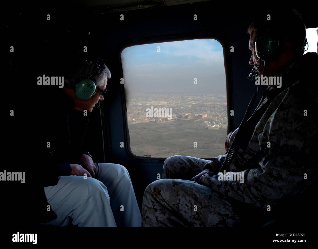 El Secretario de Defensa de EE.UU Chuck Hagel sobrevuela Kabul con su asesor militar superior de Teniente General Imagen De Stock