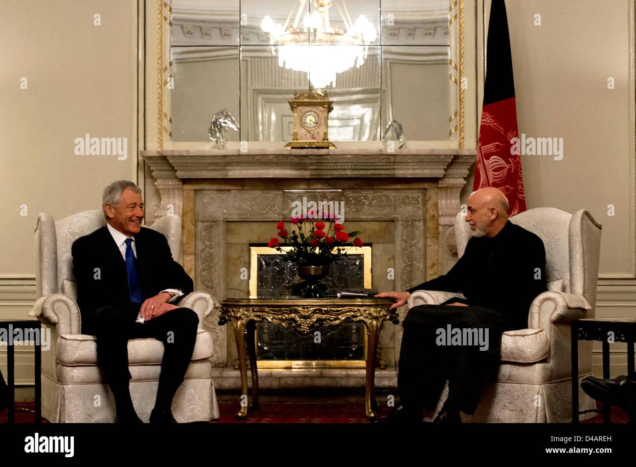 El Secretario de Defensa de EE.UU Chuck Hagel se reúne con el presidente afgano, Hamid Karzai, el 10 de marzo Imagen De Stock