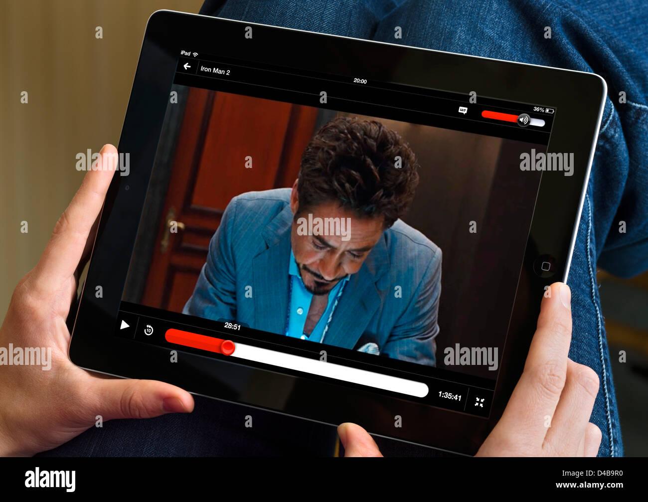 Viendo la película'Iron Man 2' vía online streaming de Netflix en el iPad 4, UK Imagen De Stock