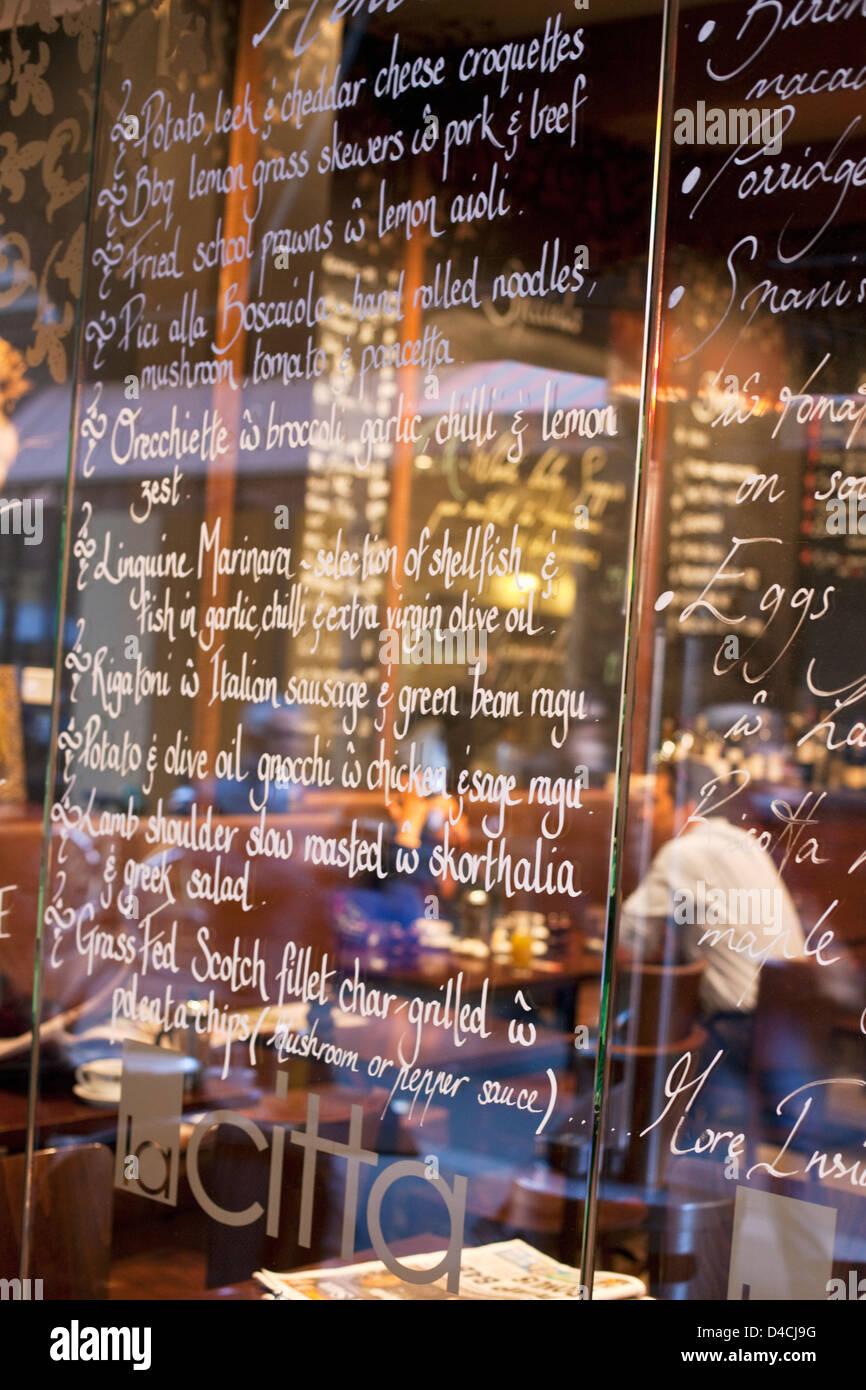 Menú Ventana en el citta de La cafetería y bar de vinos en Degraves Street. Melbourne, Victoria, Australia Imagen De Stock