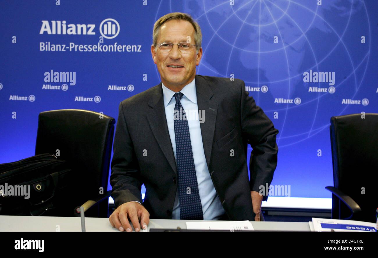 Allianz SE CEO Michael Diekmann sonríe ante la conferencia de prensa de balance del grupo en Munich, Alemania, el 21 de febrero de 2008. En Europa el mayor aseguradora Allianz prefiere ser prudente para el próximo ejercicio, a pesar de reservar una ganancia récord el año pasado con sus turbulencias económicas en los mercados financieros. Tener que absorber miles de millones de cargos en el curso de una crisis nos golpeó la vivienda Foto de stock