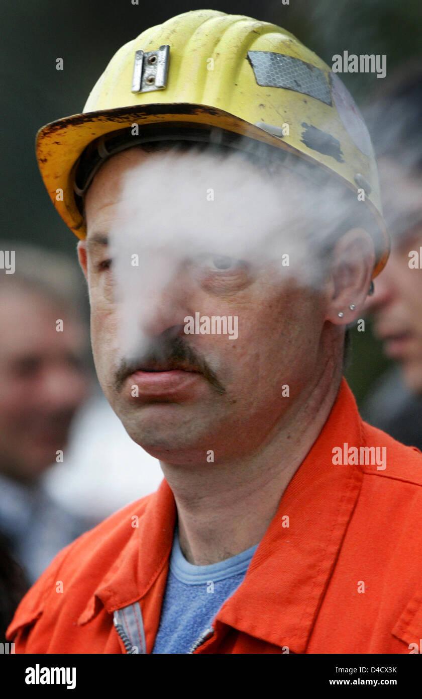 """Un minero de 'RAG Deutsche Steinkohle' empresa minera fuma mientras asistía a la reunión extraordinaria de la empresa funciona en Saarbrücken, Alemania, el 26 de febrero de 2008. Un terremoto relacionadas con la minería llegando a 4,0 en la escala de Richter """"sacudió la región del Sarre el 23 de febrero de 2008. Desde entonces, la labor recae en el Sarre, la única mina Ensdorf. 3600 mineros están de permiso y será enviado en Foto de stock"""