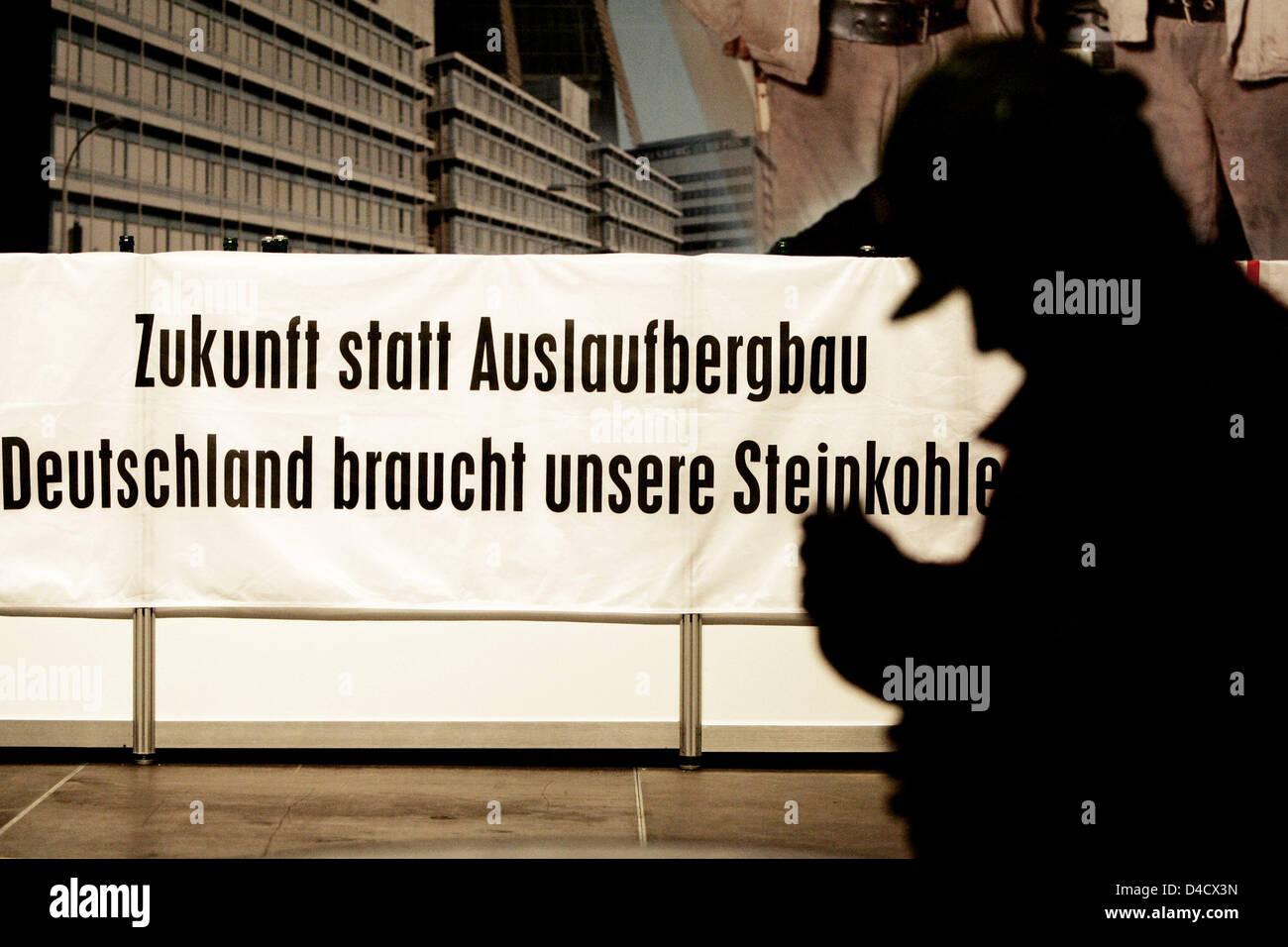 """Un minero de 'RAG Deutsche Steinkohle' empresa minera está junto a un cartel de protesta leyendo 'Zukunft statt Auslaufbergbau Deutschland braucht unsere Steinkohle"""" (literalmente: """"El futuro en lugar de su eliminación. Alemania necesita nuestro carbón"""") de la empresa en la obra extraordinaria celebrada en Saarbrücken, Alemania, el 26 de febrero de 2008. Un terremoto relacionadas con la minería llegando a 4,0 en la escala de Richter """"sho Foto de stock"""