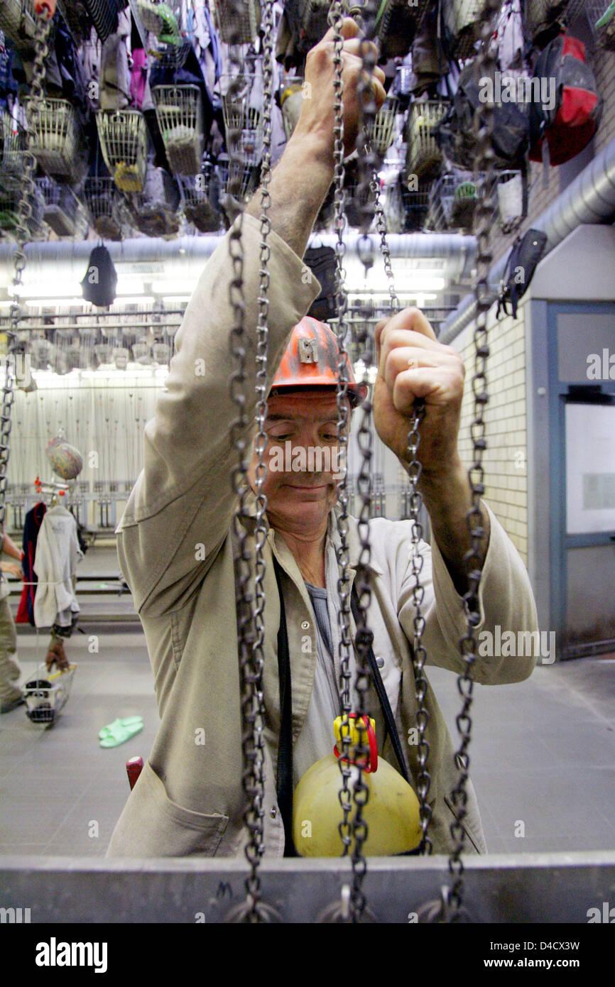 """Un minero de 'RAG Deutsche Steinkohle Mining Company"""" se muestra en el vestuario después de su turno en la mina de carbón """"Saar teinkohlebergwerk Anlage Nordschacht' cerca de Lebach, Alemania, el 26 de febrero de 2008. Un terremoto relacionadas con la minería llegando a 4,0 en la escala de Richter """"sacudió la región del Sarre el 23 de febrero de 2008. Unos 3600 mineros están de permiso y será enviado en corto tiempo de trabajo en los próximos días Foto de stock"""