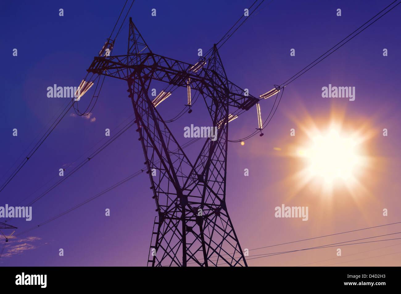 Concepto de energía y potencia eléctrica, post on Sunset Imagen De Stock