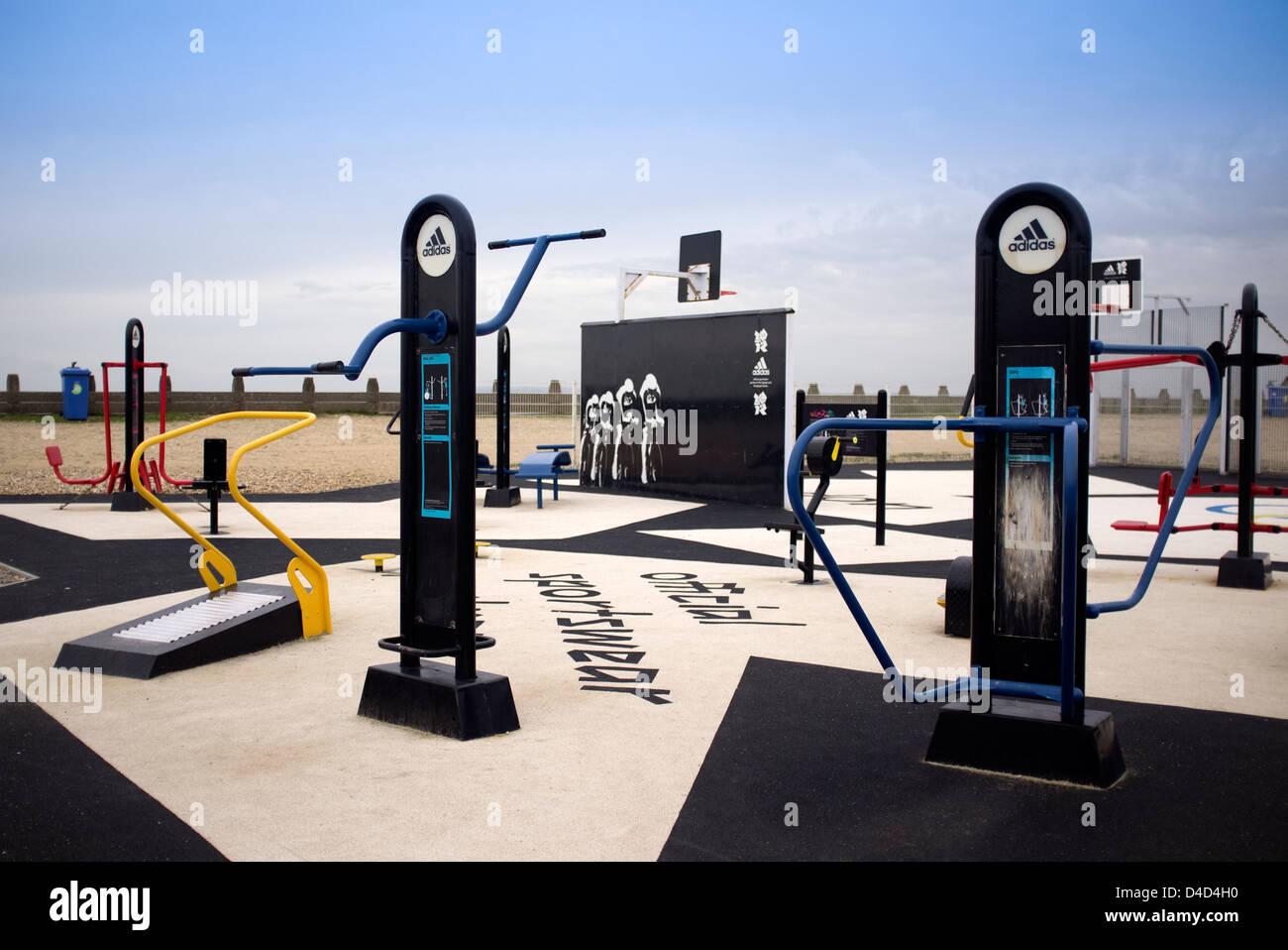 Piscina gimnasio con máquinas de ejercicio Imagen De Stock