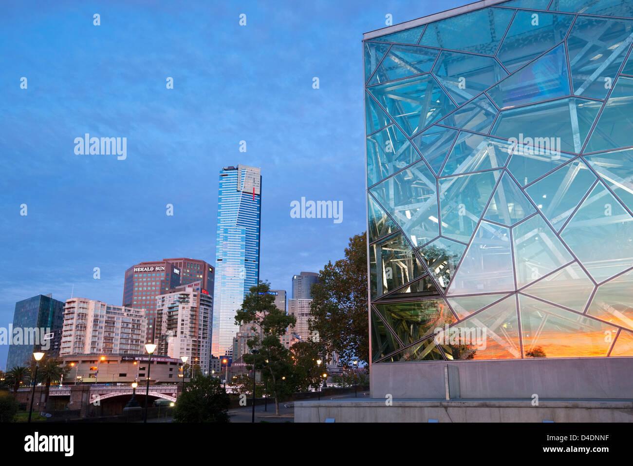 La arquitectura de la plaza de la Federación con la Torre Eureka y Southbank en segundo plano. Melbourne, Victoria, Imagen De Stock