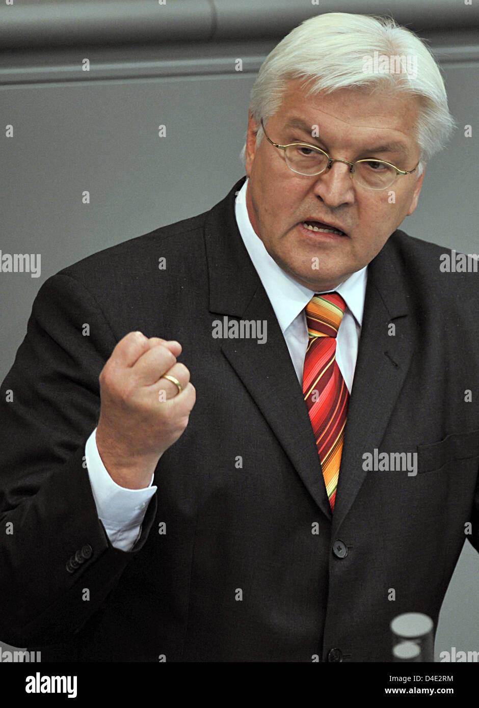 El Ministro de Relaciones Exteriores alemán, Frank-Walter Steinmeier pronuncia un discurso durante una audiencia especial del Bundestag Alemán en Berlín, Alemania, 07 de octubre de 2008. Gabinete federal alemán ha llegado a un acuerdo sobre la extensión de 14 meses del mandato de Afganistán y un despliegue adicional de 1.000 soldados, la numeración 4.500 en total. La decisión aún no ha sido ratificado por el Bundestag alemán. Foto Foto de stock