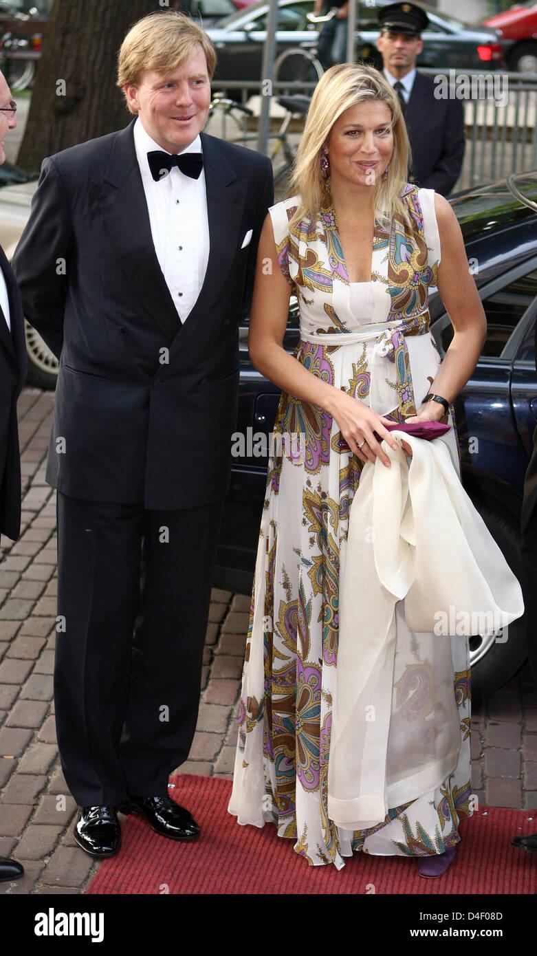 El príncipe Willem-Alexander de Holanda (L) y su esposa, la Princesa Máxima de Holanda asistir a la ceremonia Imagen De Stock