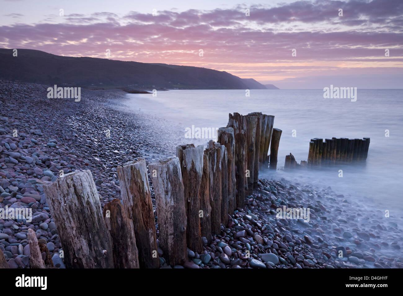 Espigón de madera sobre la playa, Bossington Exmoor, Somerset. Invierno (marzo de 2012). Imagen De Stock