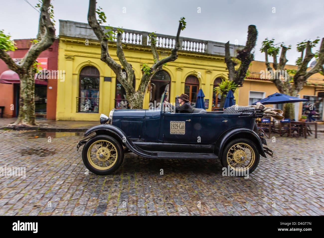 Viejo coche usado como taxi en la calle de adoquines en Colonia del Sacramento, Uruguay Sudamérica Imagen De Stock