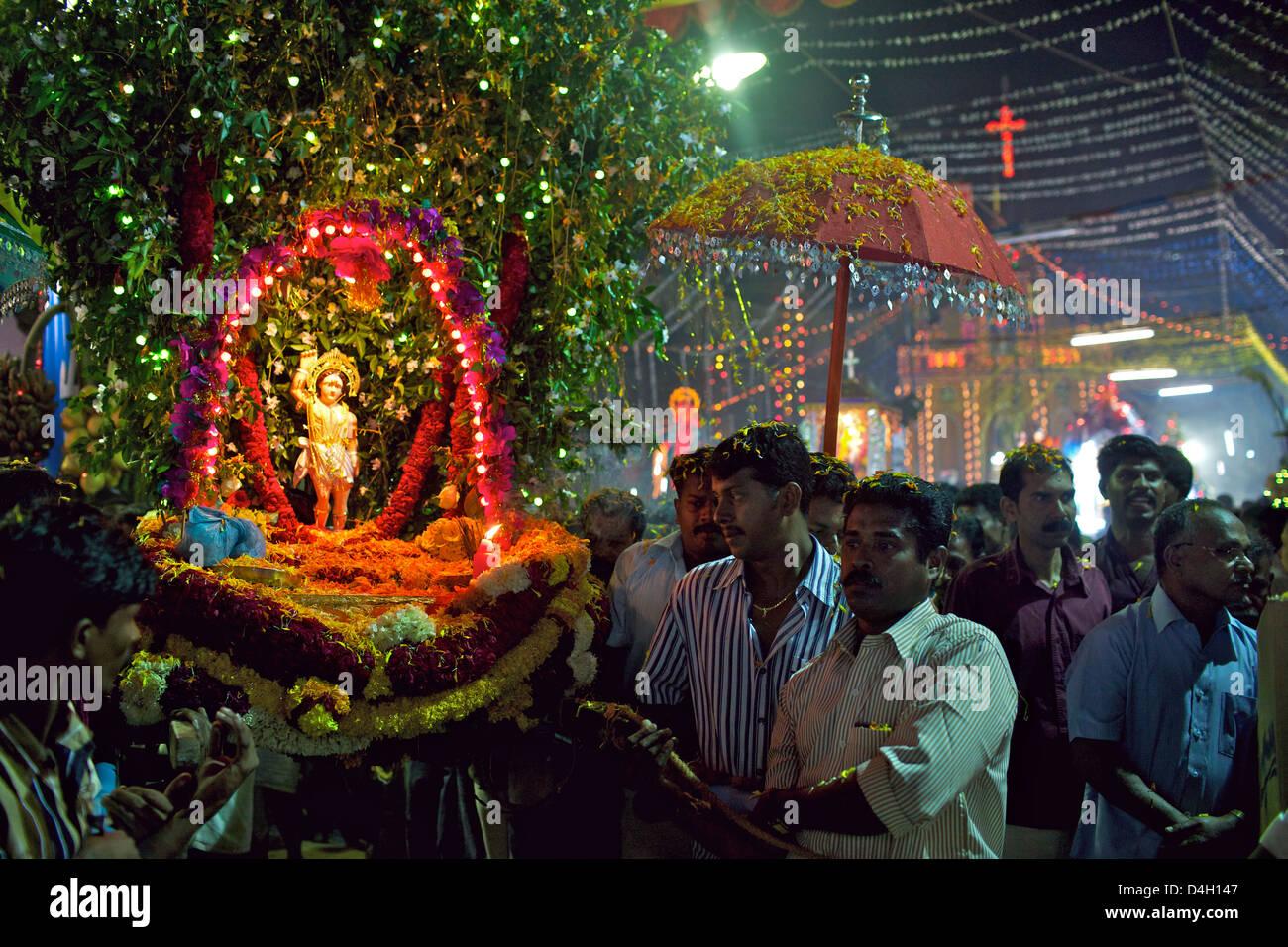 Celebración cristiana de San Sebastián cumpleaños en la pequeña aldea de Poovar en la costa sur de Kerala, India Foto de stock