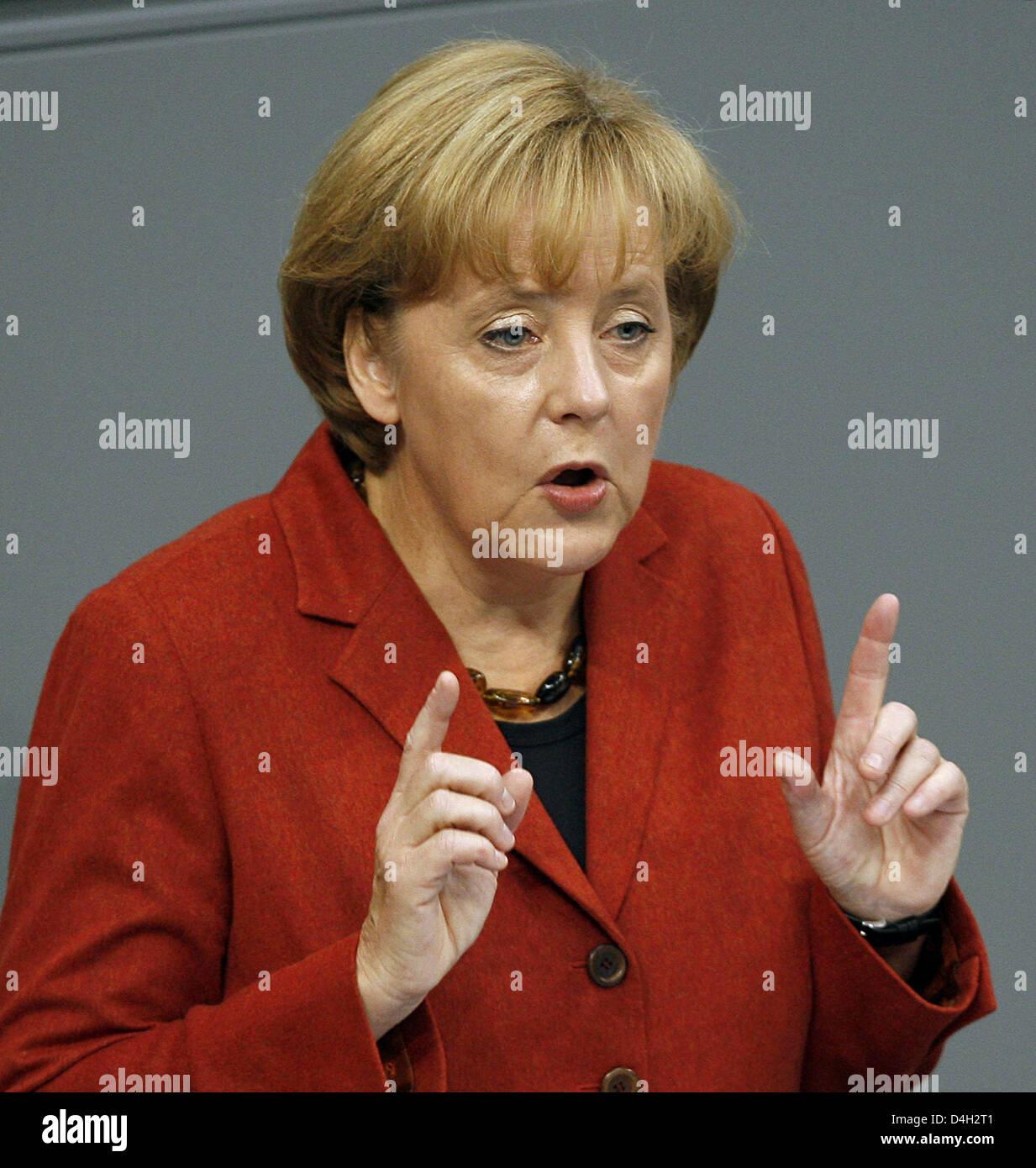 La Canciller alemana Angela Merkel da una declaración del gobierno sobre la crisis financiera mundial en el Bundestag en Berlín, Alemania, el 15 de octubre de 2008. El parlamento alemán debate el plan de rescate de los bancos y el aumento de los beneficios para los niños. Foto: Wolfgang KUMM Foto de stock