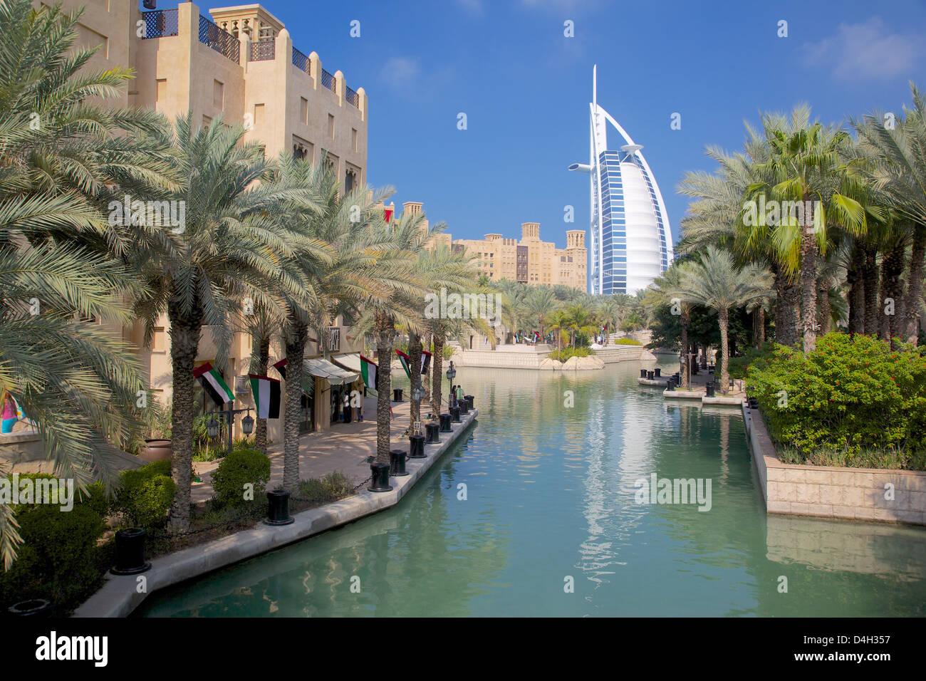 Madinat Jumeirah y el Burj Al Arab, Dubai, Emiratos Árabes Unidos, Oriente Medio Imagen De Stock