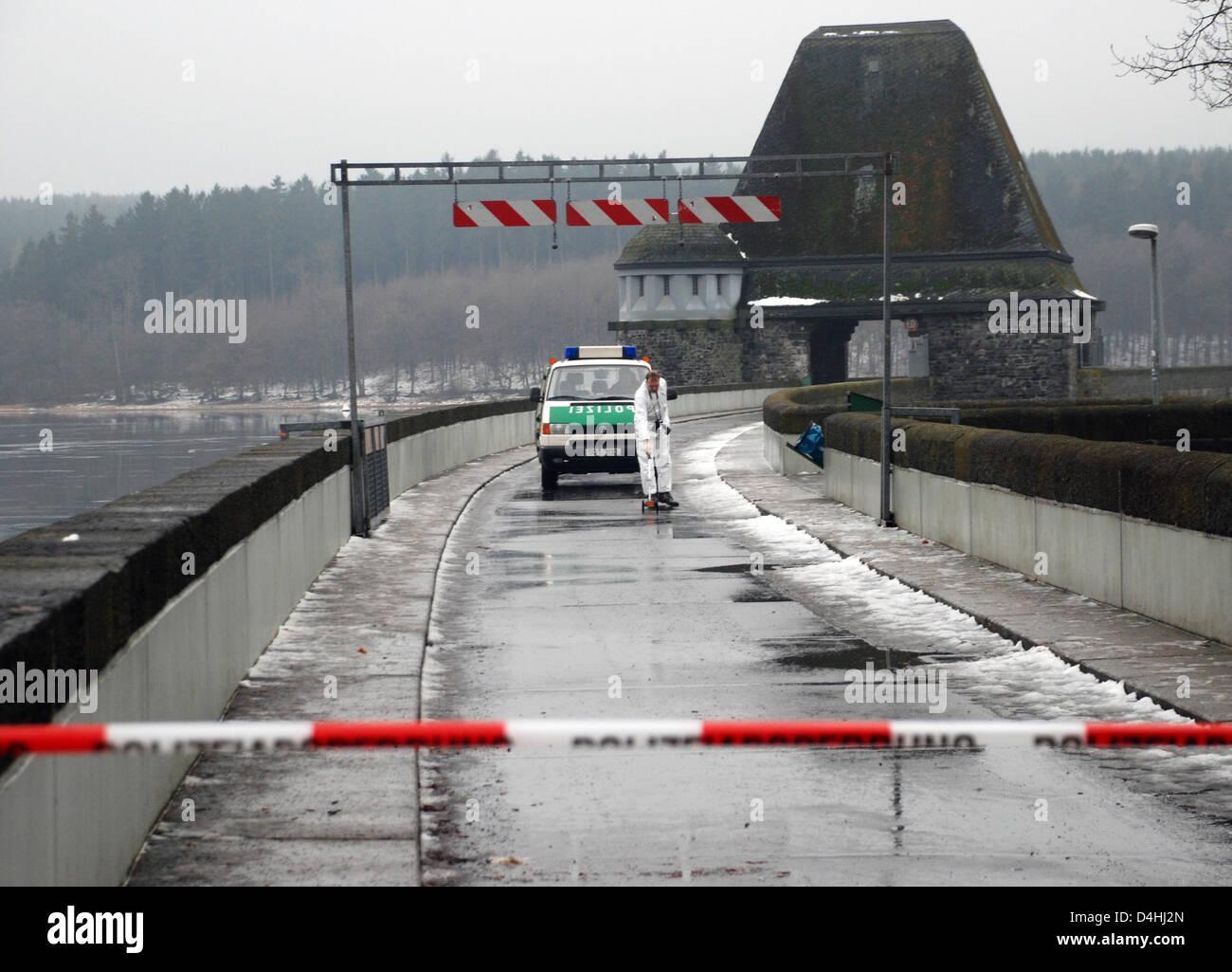 La policía busca en el sitio web, donde un niño?s ropa fue encontrado, en la andanada de Lago Moehnesee, Imagen De Stock