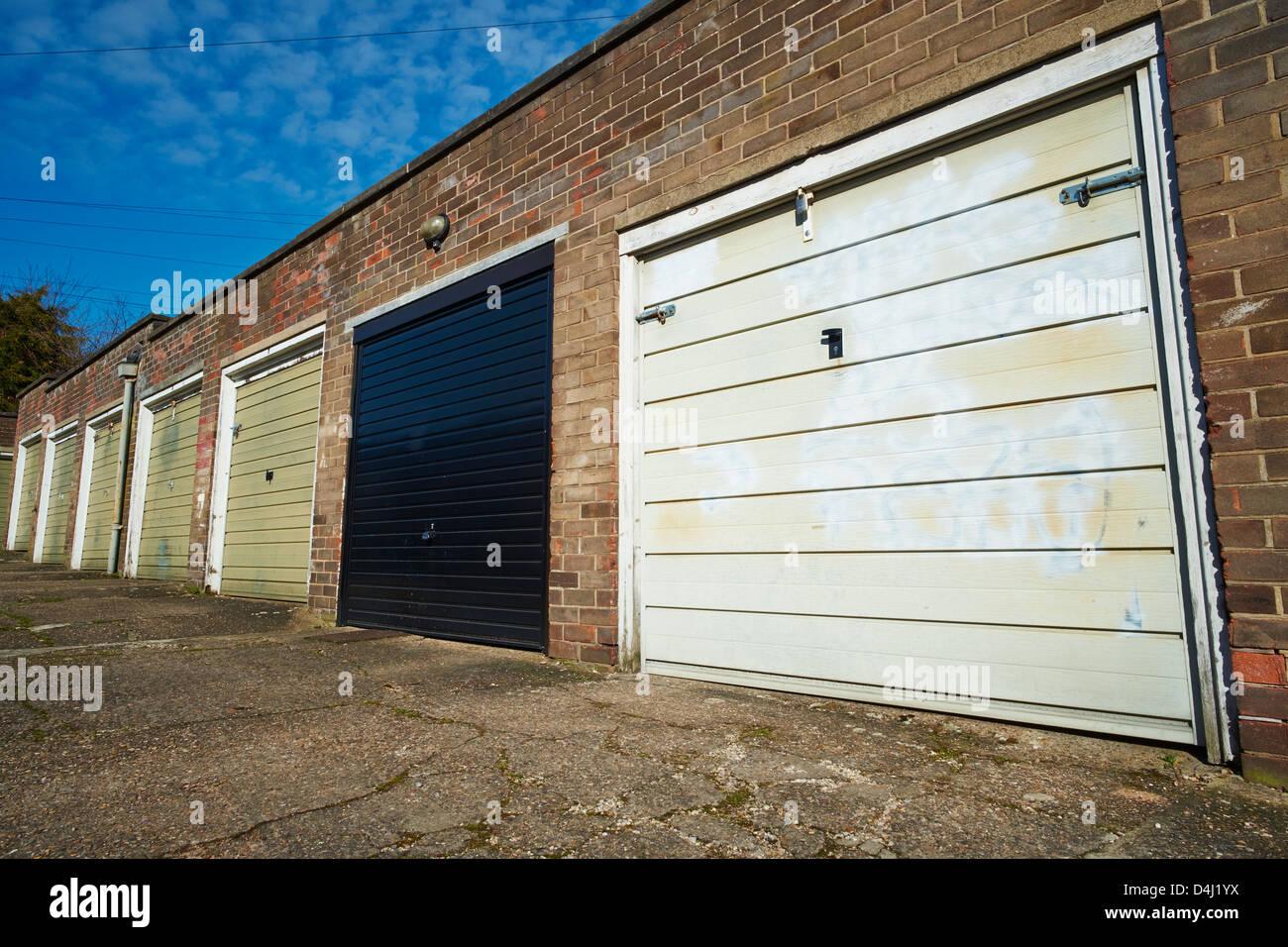 Fila de garajes con puertas de metal Danesgate Inglaterra Lincolnshire Lincoln Foto de stock