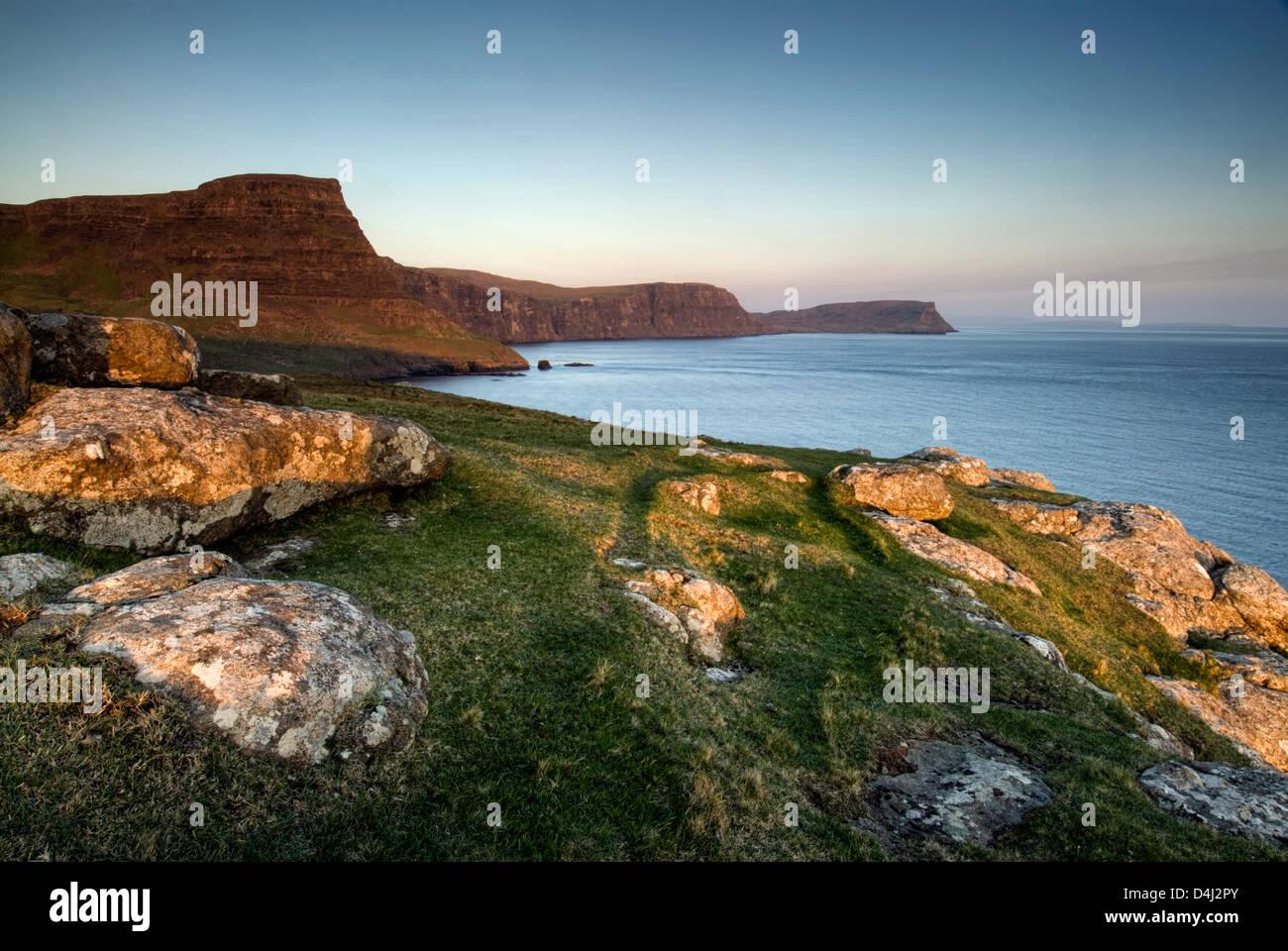 Atardecer en Waterstein head, Neist Point, Isla de Skye, Escocia Foto de stock