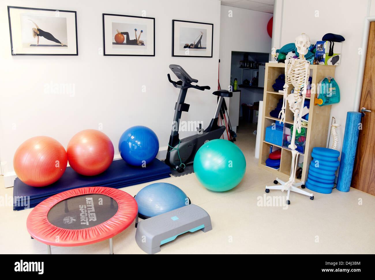 Equipos para hacer ejercicio en un gimnasio vacío utilizado también para Pilates y fisioterapia, UK Imagen De Stock