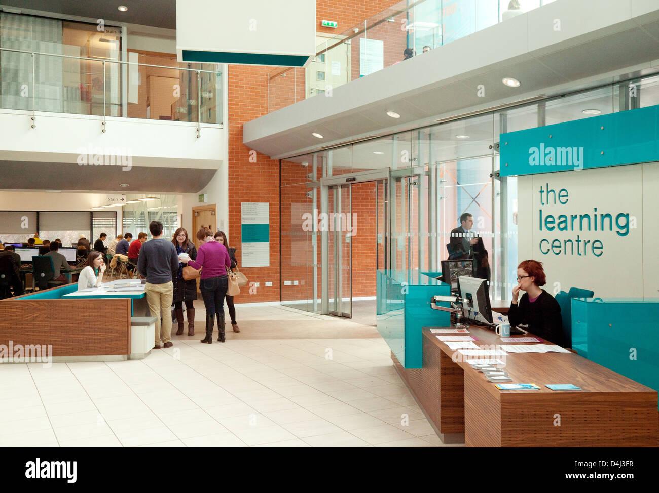 Los estudiantes universitarios en el centro de aprendizaje, edgbaston campus de la Universidad de Birmingham, Reino Imagen De Stock