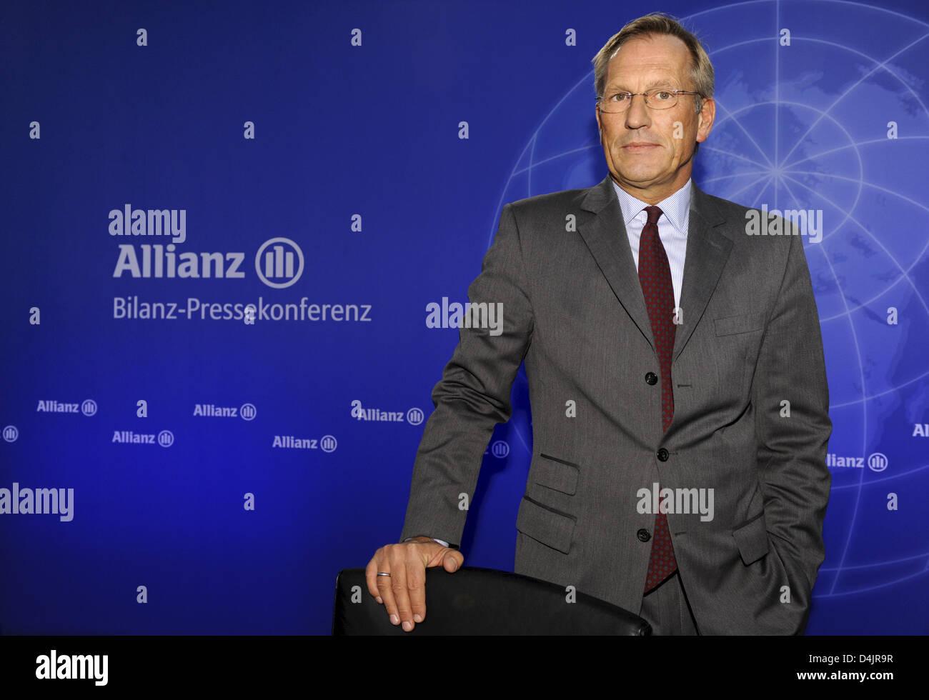 CEO de Allianz, Michael Diekmann, está retratado con anterioridad a la conferencia de prensa de balance en Munich, Alemania, el 26 de febrero de 2009. Después de la venta de ?filial Dresdner Bank? Y también debido a la crisis financiera, la mayor aseguradora de Europa?s ha sufrido una pérdida de 2.400 millones de euros durante el último año, como se anunció por parte de Allianz SE en Munich. Foto: PETER KNEFFEL Foto de stock