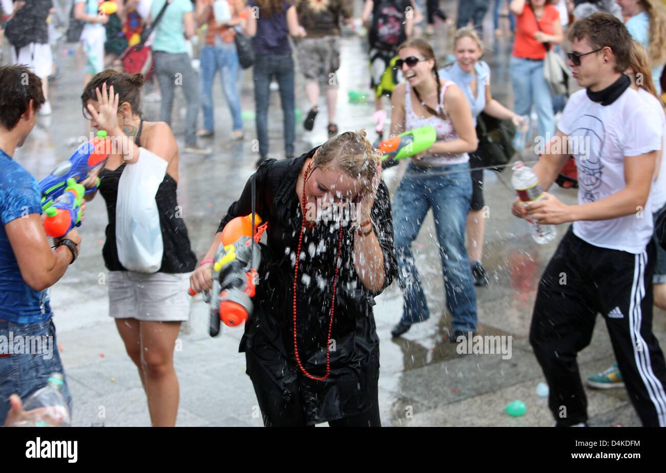 clearance prices new concept factory price Los participantes en una guerra de agua ?flashmob ...