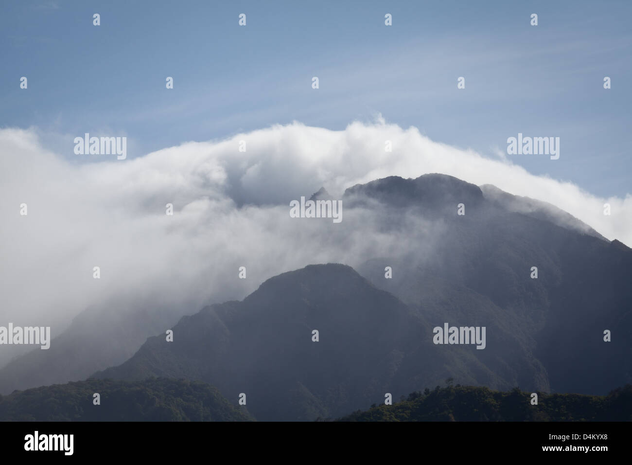 Las nubes alrededor del Volcán Barú, a 3475 m, el Parque Nacional Volcán Barú, provincia de Chiriquí, República de Panamá. Foto de stock