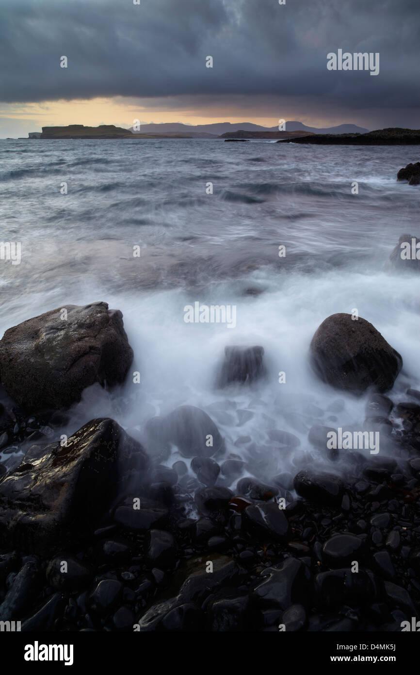 Condiciones salvajes mirando a través de Loch Bracadale desde Ardtreck Point, Isla de Skye, Escocia Foto de stock
