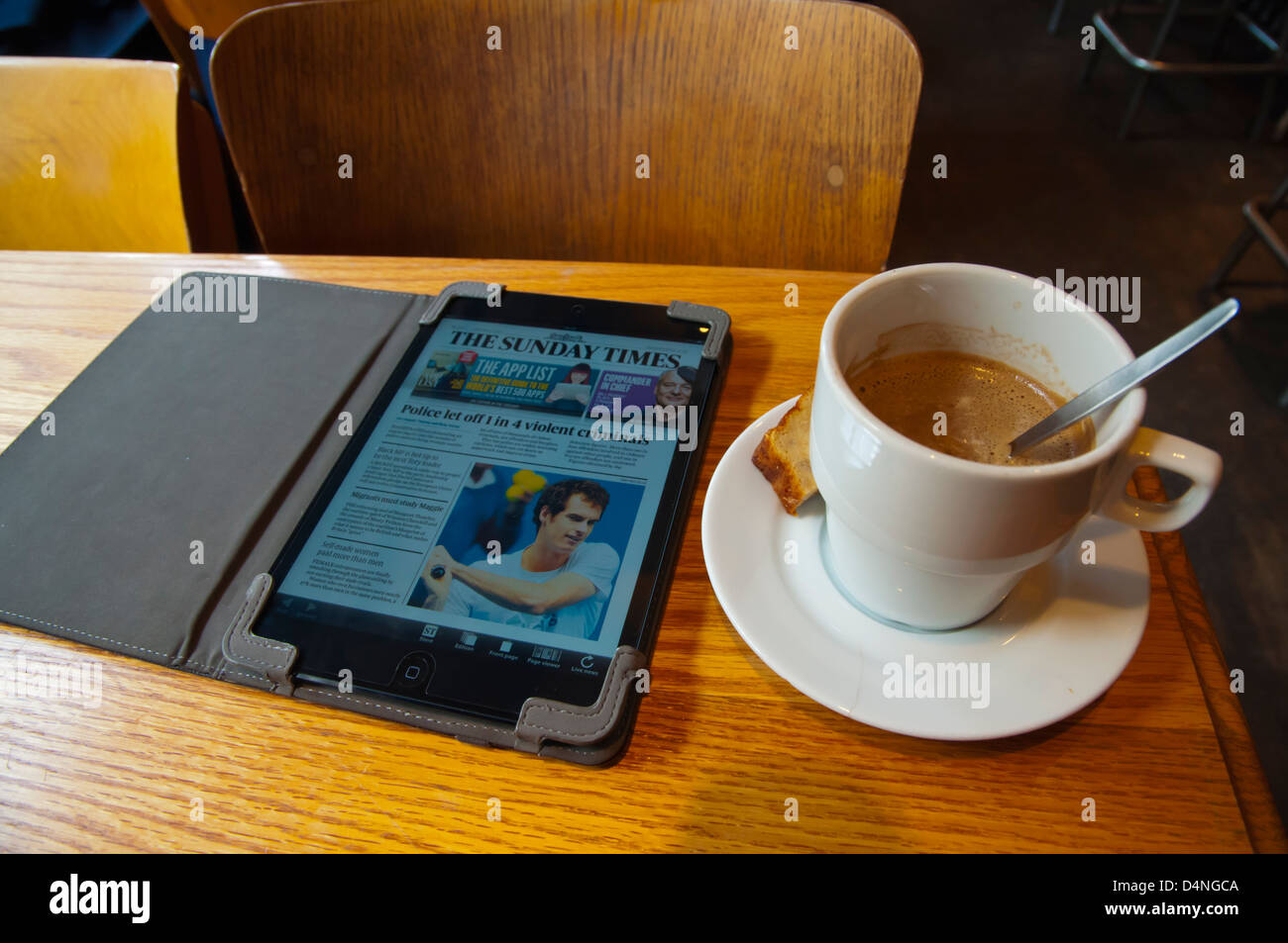 Taza de café y ipad mini con el periódico The Times Cafe Walvis en Dansaert district central Bruselas Imagen De Stock