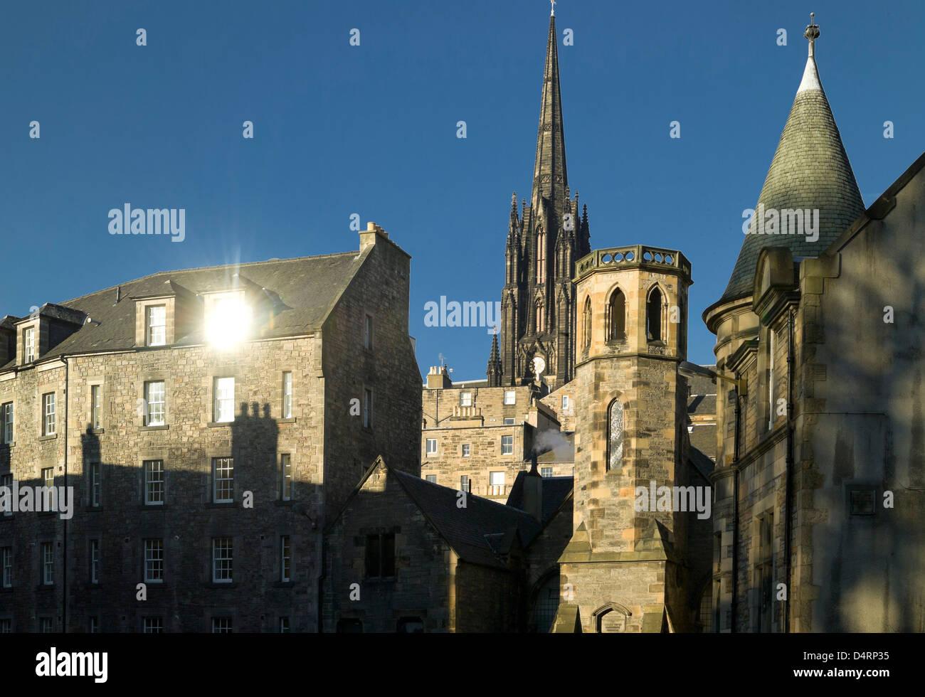 Ciudad vieja arquitectura en moody luz grassmarket con la catedral de St Giles Imagen De Stock