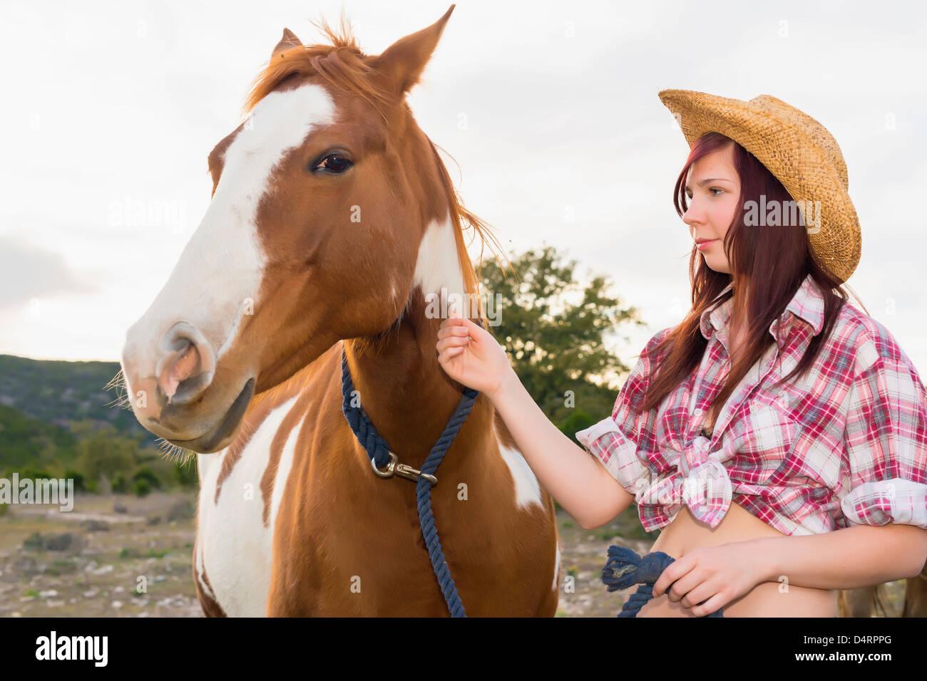 Adolescente femenino acariciar un caballo, Mujeres 19 caucasian Imagen De Stock