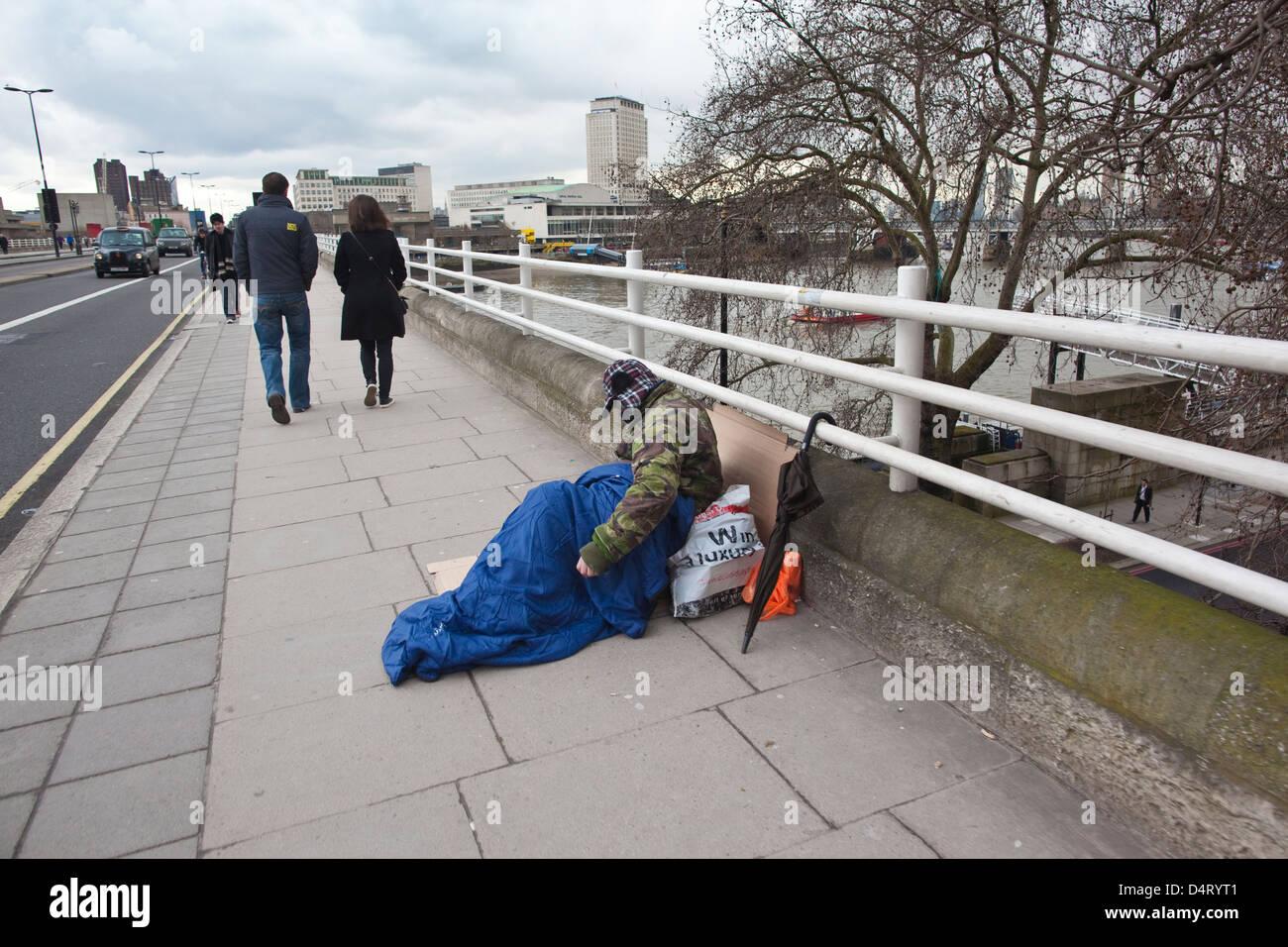 Hombre sin hogar en Waterloo Bridge, en el centro de Londres, Inglaterra, Reino Unido. Imagen De Stock