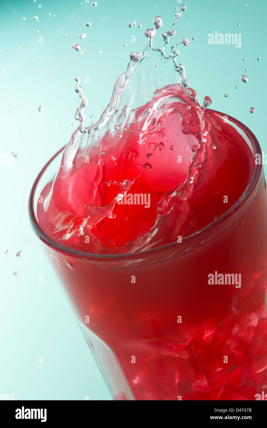 Cerca de proyección sobre un vaso de jugo de fresas Imagen De Stock