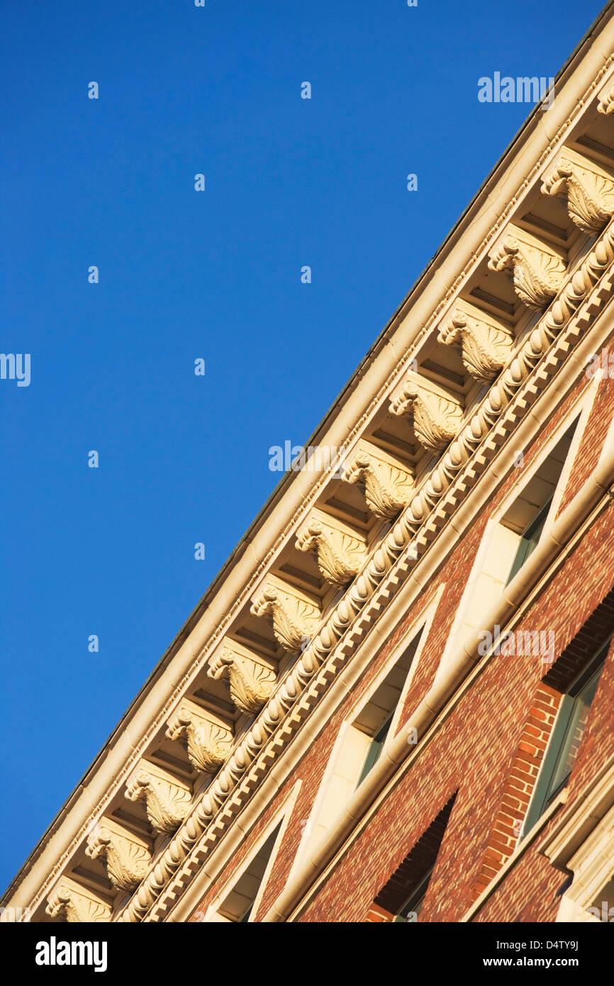 Ángulo de visión baja de la cornisa del techo Foto de stock