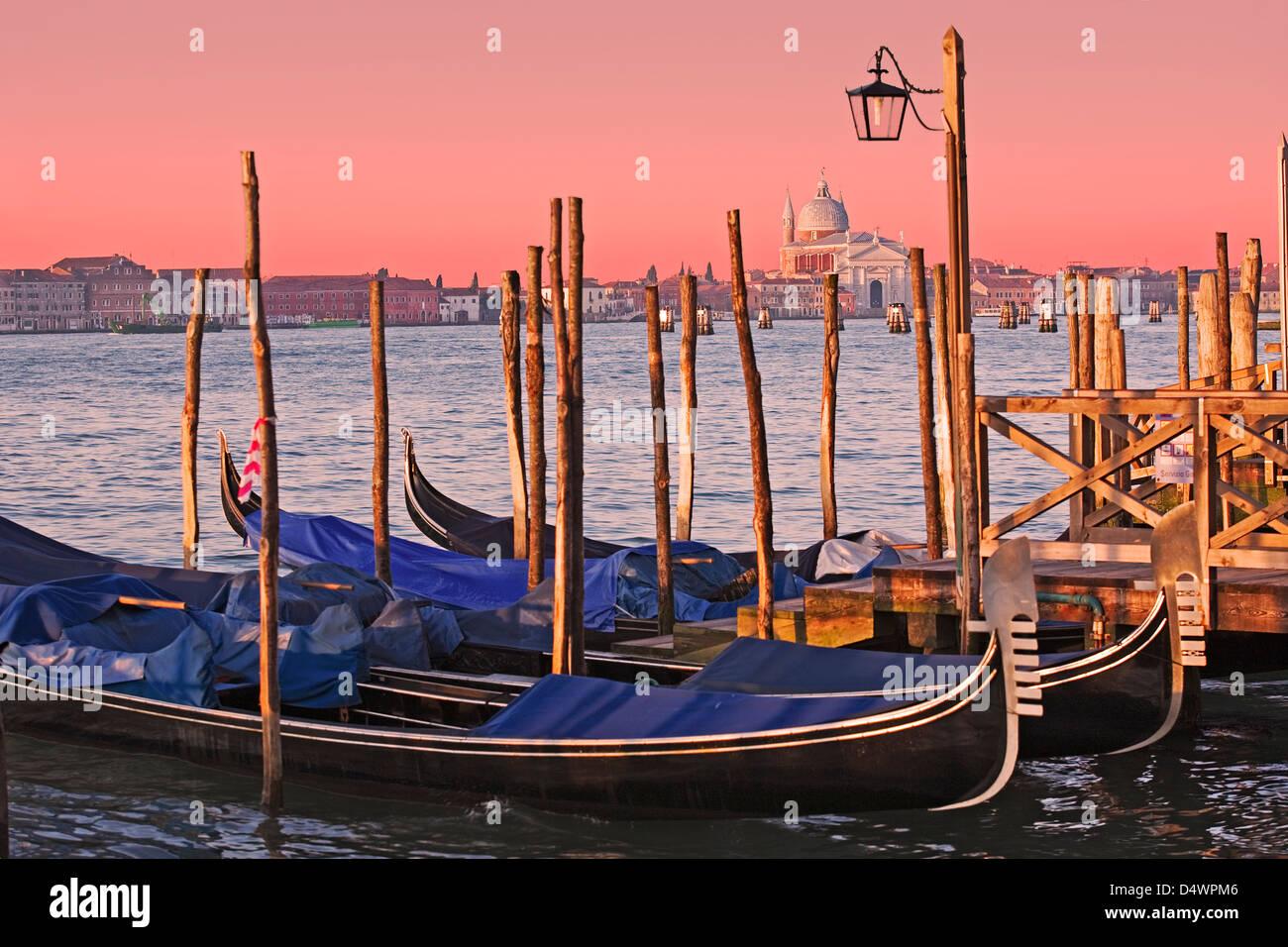 Venecia - góndola con vistas al Gran Canal desde San Marco hacia Santa Maria della Salute Imagen De Stock