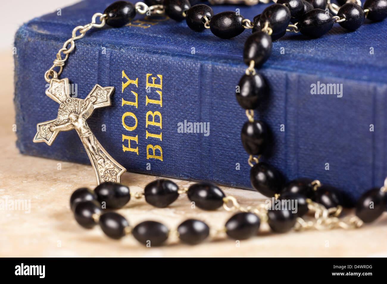 Rosario y cruz acostada sobre una biblia. Imagen De Stock