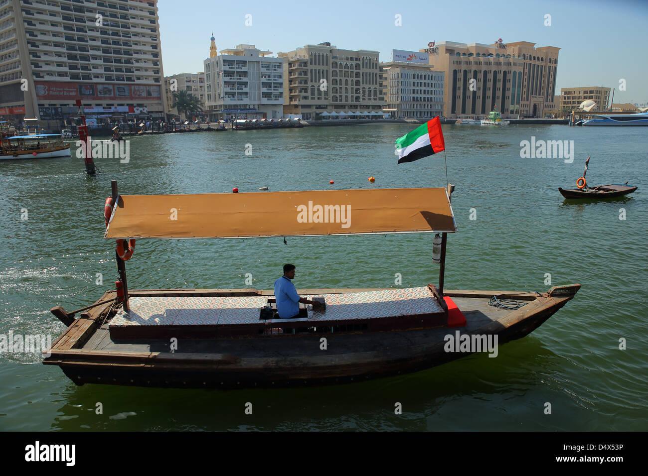 Abra tradicional taxi acuático cruzando la cala de Dubai, Emiratos Árabes Unidos Imagen De Stock