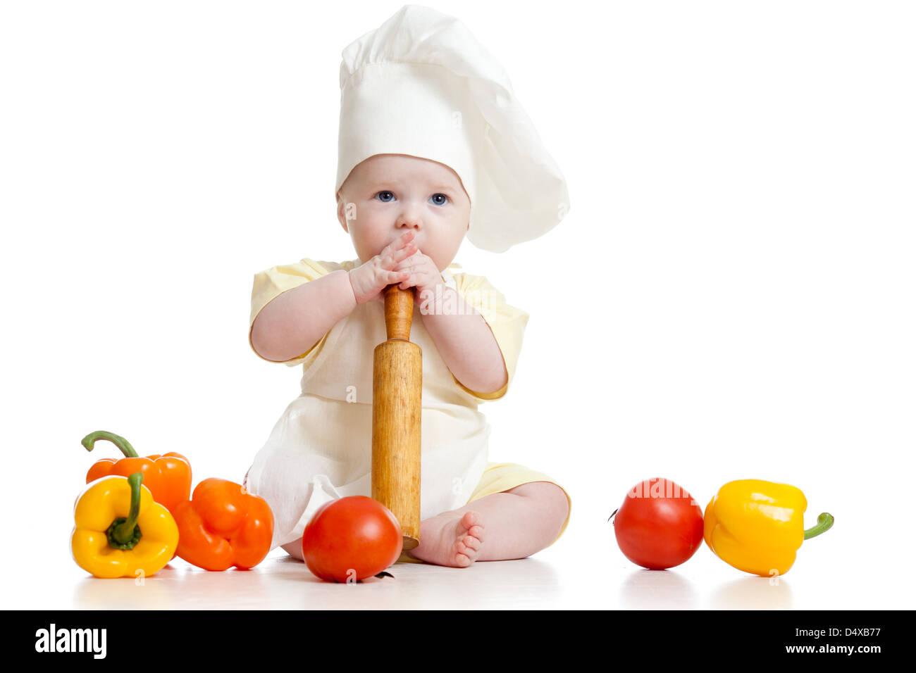 Retrato de un bebé vistiendo un sombrero de chef con alimentos saludables 315fcfc44638