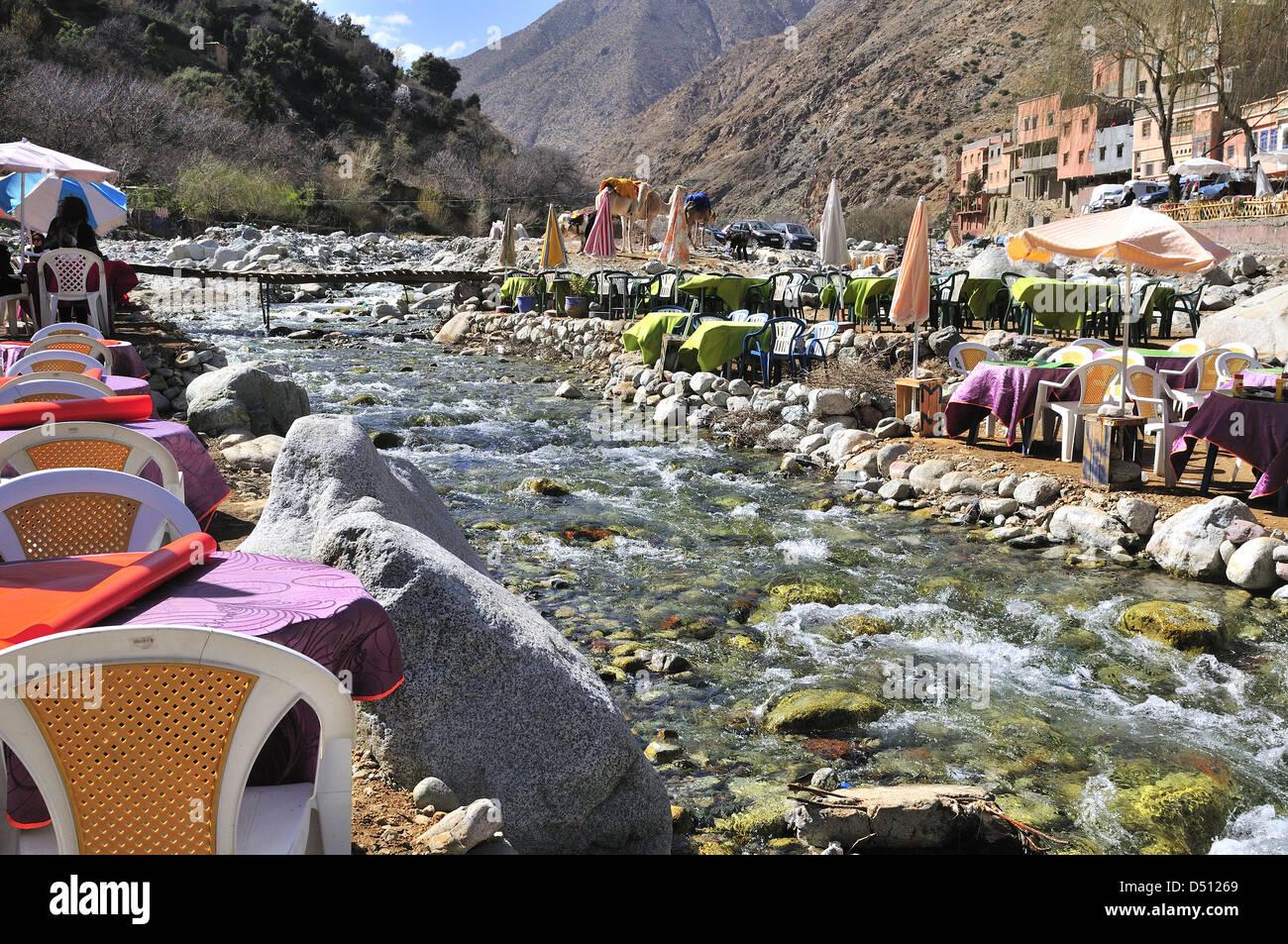 Cafés y restaurantes junto al río en el popular pueblo de Setti Fatma cerca de las Cascadas, Valle Ourika, Marruecos Foto de stock