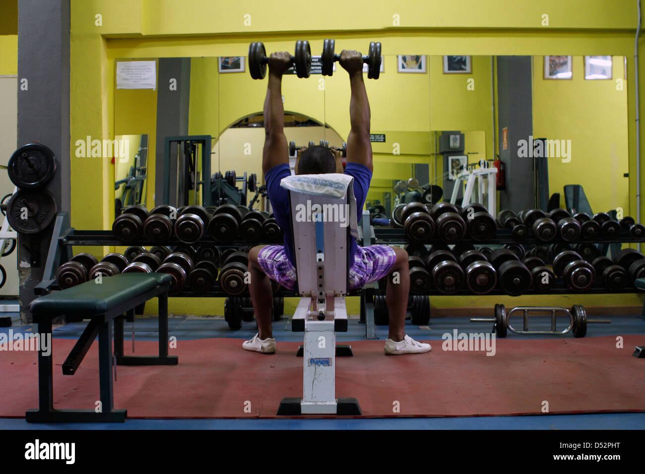 Levantamiento de pesas en el gimnasio. Imagen De Stock