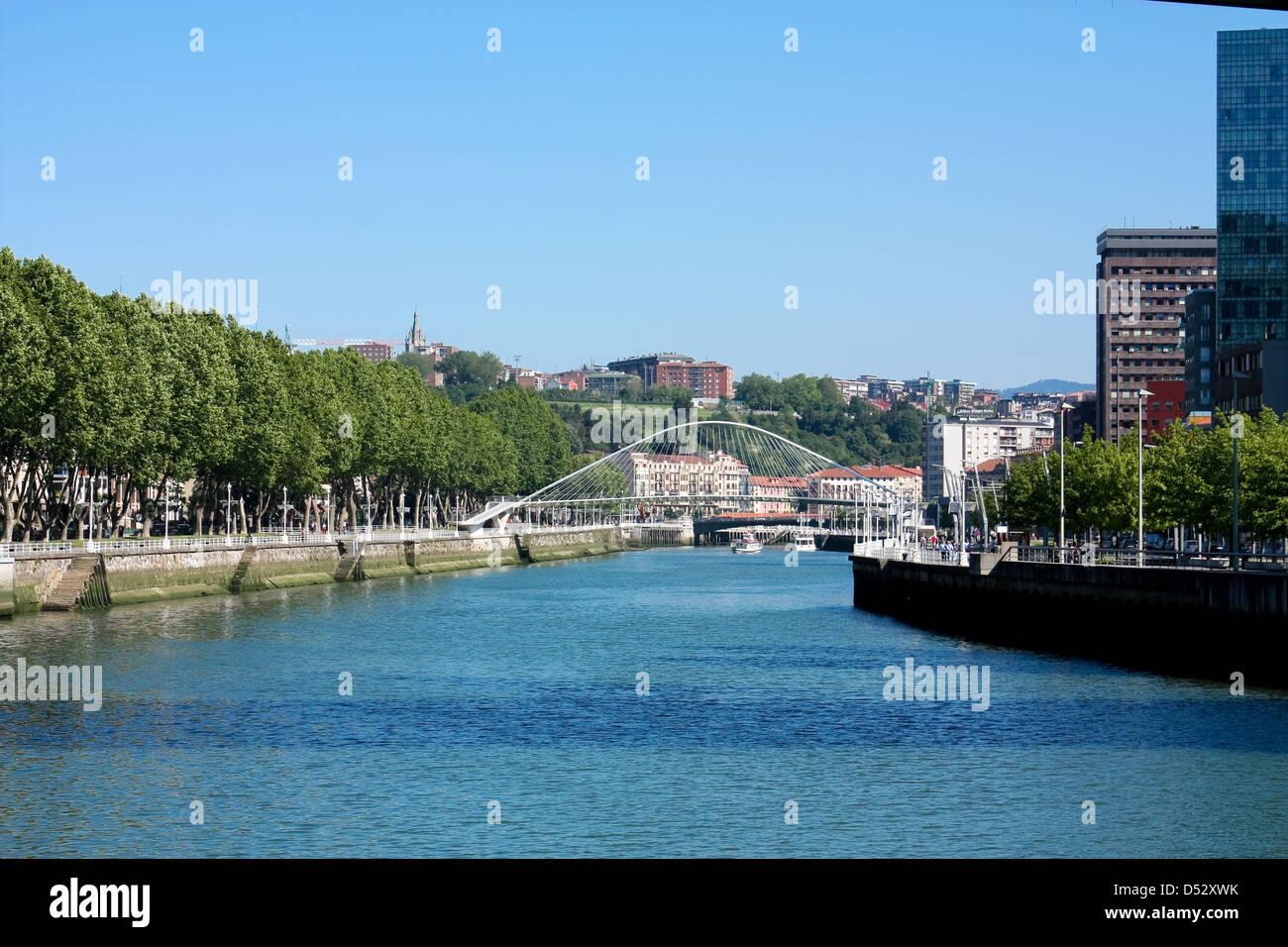Rio Nervion Ya Que Pasa A Traves De La Ciudad De Bilbao Espana