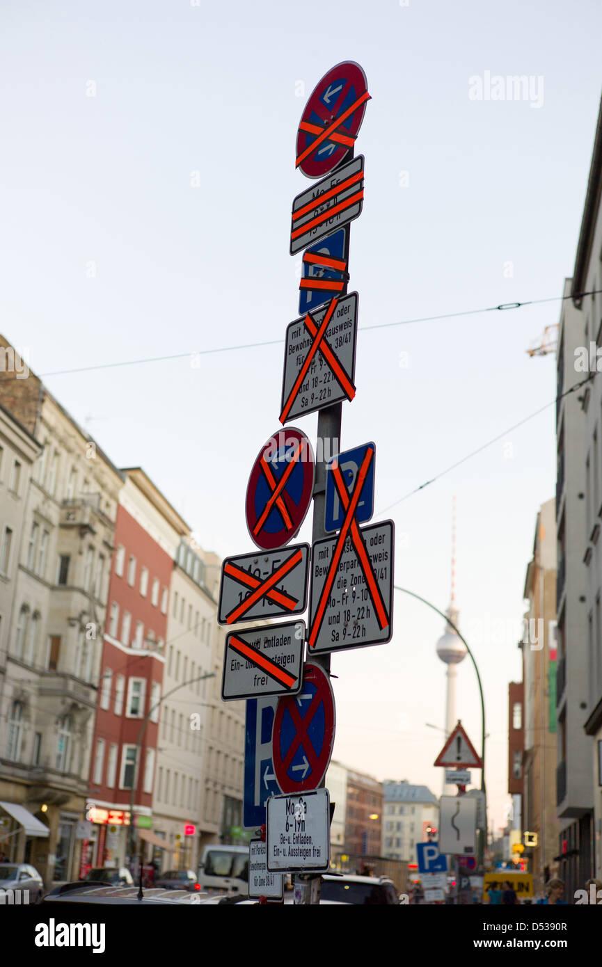Berlín, Alemania, cruzó señales de tráfico. Imagen De Stock