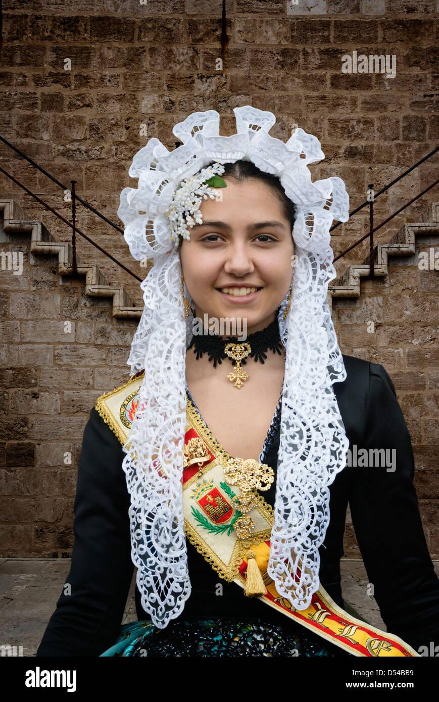 Chica española en traje tradicional incluyendo mantilla de encaje mantón o velo durante las fallas o Falles Imagen De Stock