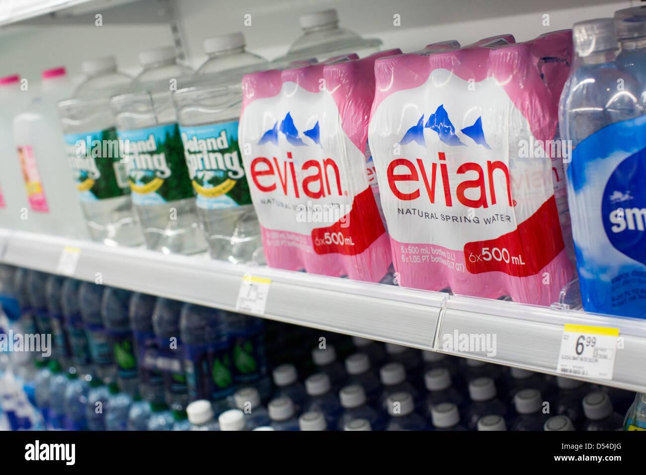 Evian y Poland Spring agua embotellada en la pantalla en un Walgreens Flagship store. Imagen De Stock